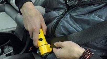 Lampe Torche de Securite Magnetique Multifonction 4 en 1 Marteau Brise Vitre Lampe Torche Coupe Ceinture Gyrophare Led Rouge Vehicule Voiture Auto Moto Camping